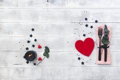 Arrangement de table de jour de valentines couverts au-dessus de fond en bois photographie stock libre de droits