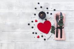Arrangement de table de jour de valentines couverts au-dessus de fond en bois photo libre de droits