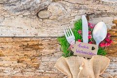 Arrangement de table de Noël avec Noël d'étiquette de salutation le Joyeux photographie stock