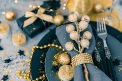 Arrangement de table de Noël avec le cadeau Vue supérieure image stock