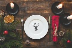 Arrangement de table de Noël avec le plat vide, bougies, textile photos libres de droits