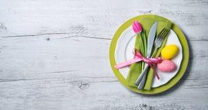 Arrangement de table de Pâques avec des fleurs et des couverts de ressort Photos stock