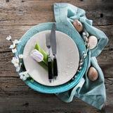 Arrangement de table de Pâques avec des fleurs et des couverts de ressort Vacances b photographie stock libre de droits