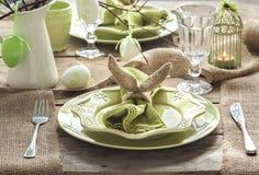 Arrangement de table de Pâques lumière de vacances de guirlande de décorations colorée par ampoules de fond allumée photographie stock