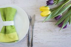 Arrangement de table de ressort avec le bouquet des tulipes fraîches Photo stock