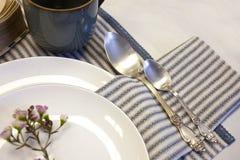 Arrangement de table simple avec le style blanc-bleu de cru de serviettes de toile photographie stock libre de droits