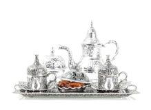 Arrangement de Tableau avec la vaisselle et les dates argentées Hôpital oriental Photos stock