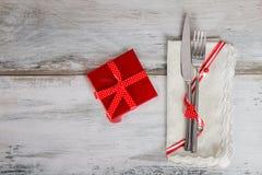 Arrangement de Tableau de vacances dans la serviette rouge avec la boîte rouge Photos stock