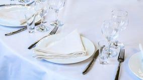 Arrangement de Tableau - serviette, plats, verres, couteaux et fourchettes blancs images stock
