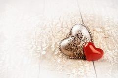 Arrangement du ` s de Valentine avec les coeurs décoratifs Concept d'amour Images stock