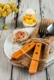 Arrangement en bois blanc de table de Pâques de ressort image stock