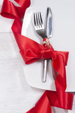 Arrangement et décoration de fête de table avec le ruban rouge Photo libre de droits