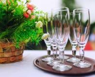 Arrangement fin de Tableau de banquet avec le bouquet et les verres Image libre de droits