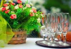 Arrangement fin de Tableau de banquet avec le bouquet et les verres Photo libre de droits