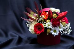 Arrangement floral avec de diverses fleurs de ressort photo libre de droits