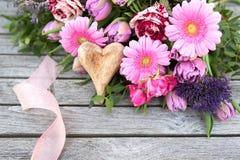 Arrangement floral avec des fleurs de ressort pour le jour de mères Images libres de droits
