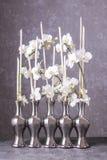 Arrangement floral avec des orchidées et des bâtons image libre de droits