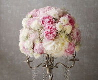 Arrangement floral avec les pivoines roses, les chrysanthèmes blancs et le g image libre de droits