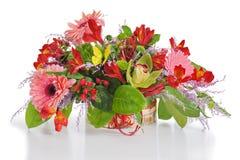 Arrangement floral coloré des lis, des clous de girofle et des orchidées en c Image stock