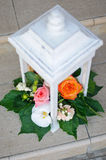 Arrangement floral dans le support blanc Image stock