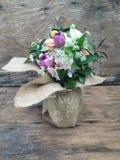 Arrangement floral dans un vase Photo stock