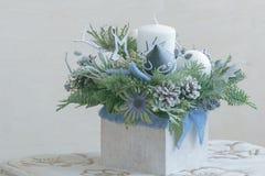 Arrangement floral de Noël de conifère dans le récipient en bois Photographie stock libre de droits