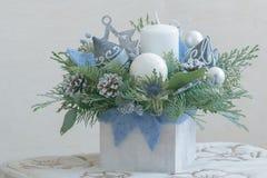 Arrangement floral de Noël de pin dans le récipient en bois Photo libre de droits