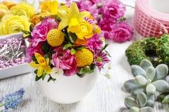 Arrangement floral de Pâques dans la coquille d'oeufs blancs Image stock