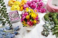 Arrangement floral de Pâques dans la coquille d'oeufs blancs Images stock
