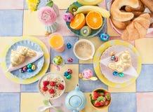Arrangement gai de table pour le petit déjeuner de Pâques photo libre de droits