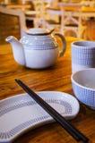 Arrangement local de Tableau de restaurant de la Chine avec les baguettes, le plat, la théière et la cuvette Photos stock