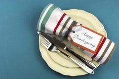Arrangement moderne de table de salle à manger de thanksgiving sur la nappe d'aqua avec l'espace de copie. photographie stock