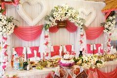 Arrangement riche de table dans les couleurs blanches et roses Image stock