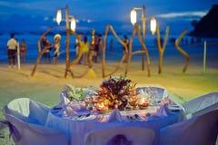Arrangement romantique de dîner sur la plage au coucher du soleil Images stock