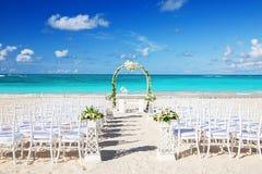 Arrangement romantique de mariage sur la plage Photo libre de droits