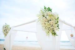 Arrangement romantique de mariage sur la plage et le ciel bleu Image libre de droits