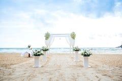 Arrangement romantique de mariage sur la plage et le ciel bleu Photos stock