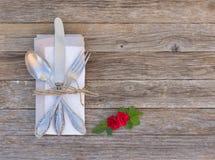 Arrangement romantique de table de dîner avec les roses rouges Photo stock