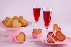 Arrangement romantique de table pour la Saint-Valentin avec des petits gâteaux dans Images libres de droits