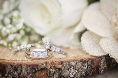 Arrangement rustique d'anneaux de mariage Photographie stock