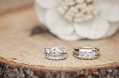 Arrangement rustique d'anneaux de mariage Images stock