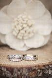 Arrangement rustique d'anneaux de mariage Photos stock