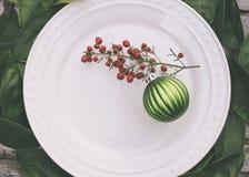Arrangement rustique de Tableau de Noël avec l'ornement vert images libres de droits
