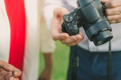 Arrangements d'homme d'affaires un appareil-photo pour que l'ami prenne une photo Photo libre de droits