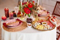 Arrangements de luxe de table pour diner fin avec les bougies et la verrerie, beau fond brouillé Pour des événements, mariages pr photo stock