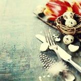 Arrangements de table de Pâques avec les tulipes fraîches photographie stock libre de droits