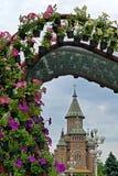 Arrangements floraux avec la cathédrale orthodoxe à l'arrière-plan Photographie stock