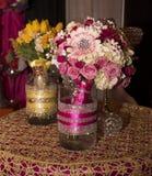 Arrangements floraux colorés élégants Photos libres de droits