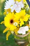 Arrangements floraux de jour du mariage Image libre de droits