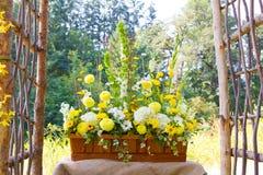 Arrangements floraux de jour du mariage Photographie stock libre de droits